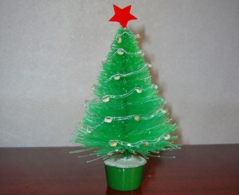 Mini árvore de natal de garrafa PET com estrelinha vermelha Foto de Expresso das Ilhas