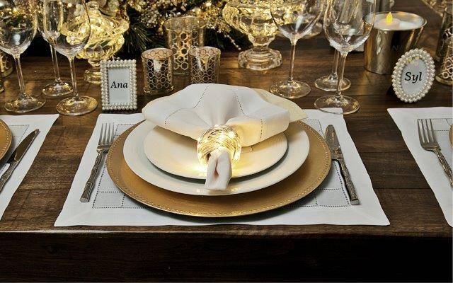 Os pisca-pisca de LED com fios transparentes, alimentados à pilha, podem decorar a mesa da ceia.