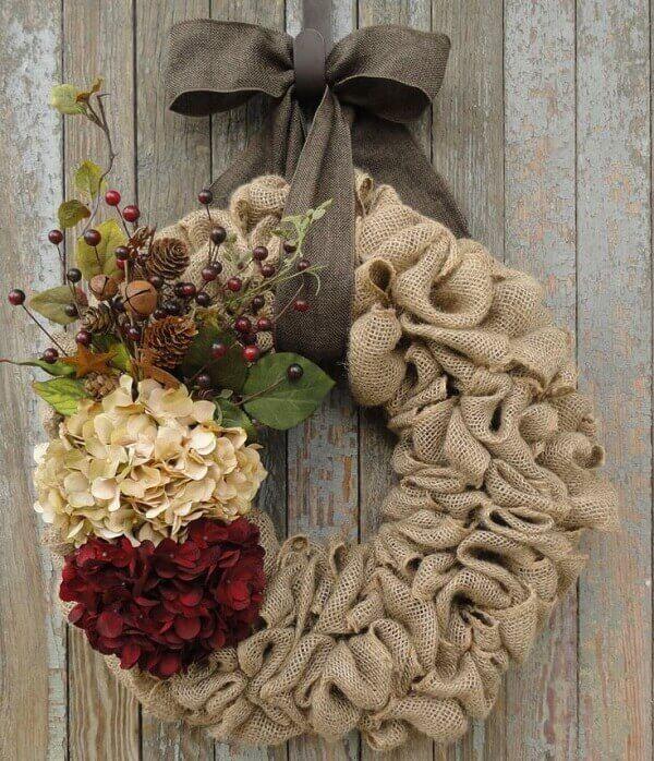 Guirlanda para Natal com tecido de juta e flores artificiais