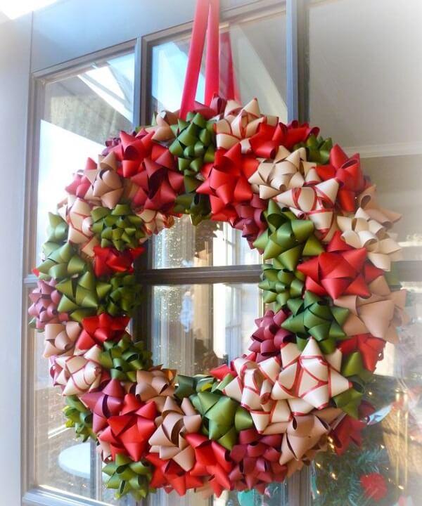 Guirlanda de Natal feita com flores de fitas