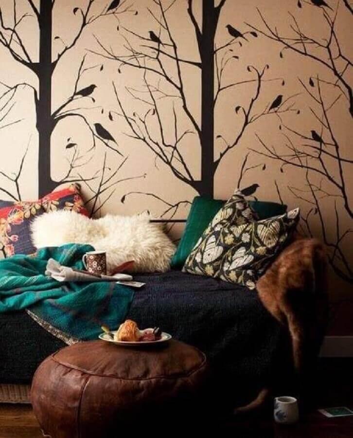 cantinho da leitura decorado com adesivo de parede e puff redondo de couro Foto Pinterest