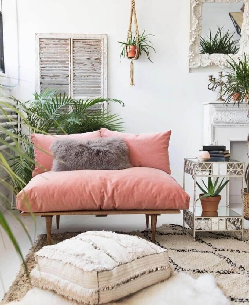 cantinho da leitura decorado com plantas e poltrona rosa Foto Create Cultivate