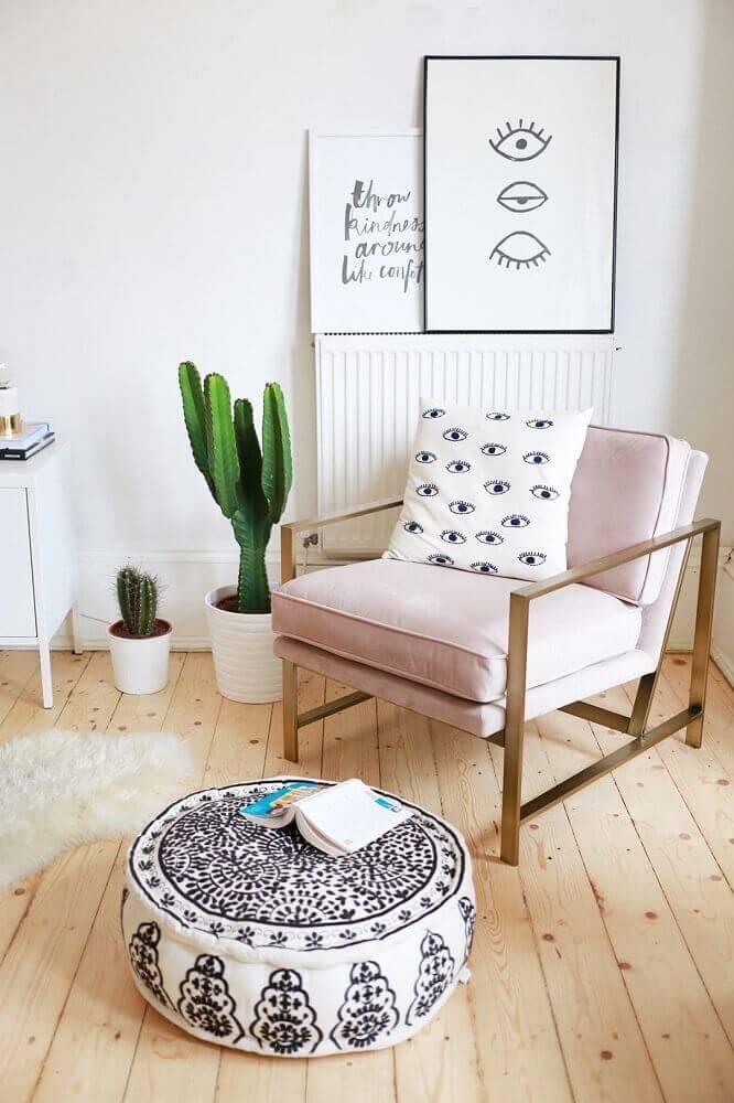 cantinho da leitura decorado com poltrona rosa e vaso de cactos Foto Brit + Co