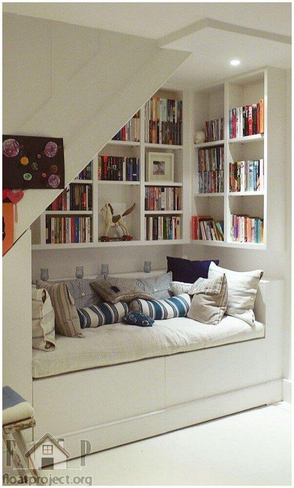 cantinho da leitura decorado embaixo da escada com estante branca Foto Tile Design Gallery