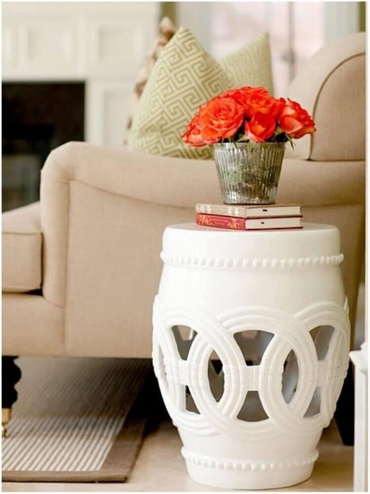 cantinho da leitura na sala com garden seat branco e poltrona bege Foto Pinterest