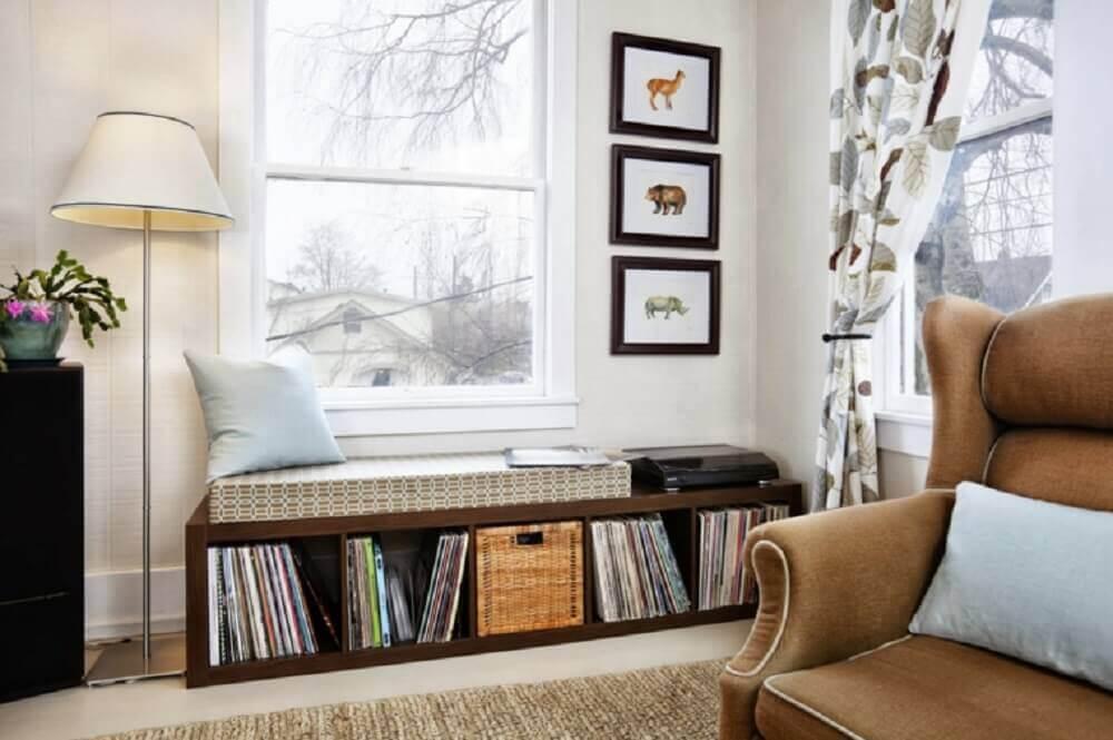 cantinho de leitura na sala com nichos de madeira para livros Foto Casay Diseno