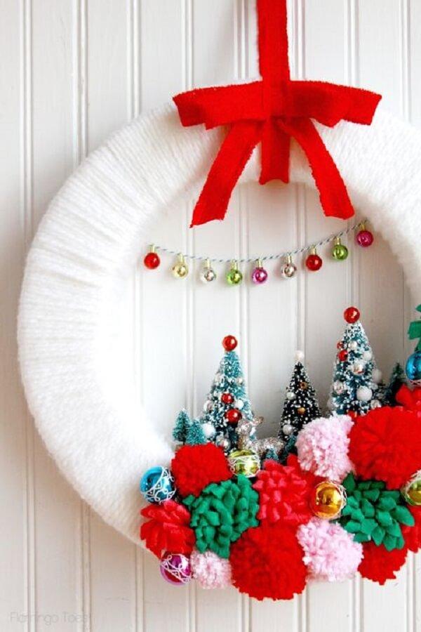 Guirlanda para Natal simples e delicada em tons de vermelho e branco