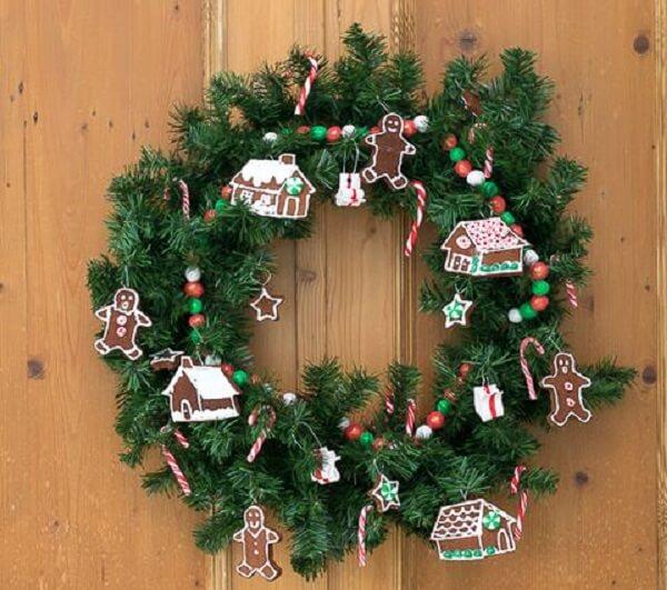Guirlanda para Natal feita com flores artificiais e acessórios delicados