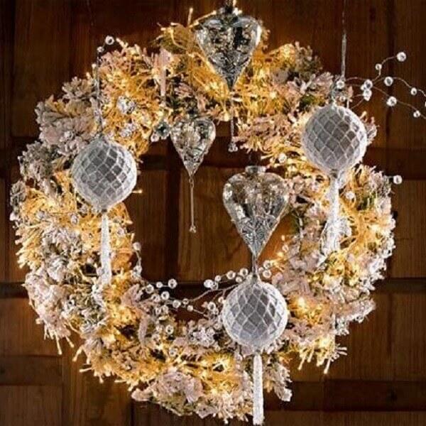 Guirlanda para Natal feita em tons de prata e dourado