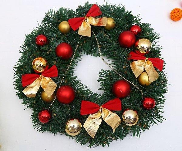 Guirlanda para Natal feita com flores artificiais e bolas