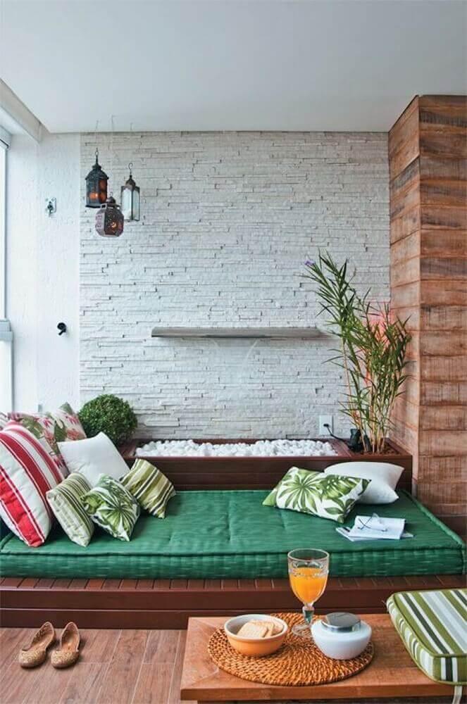 futon e almofadas para cantinho da leitura na varanda Foto Casulo