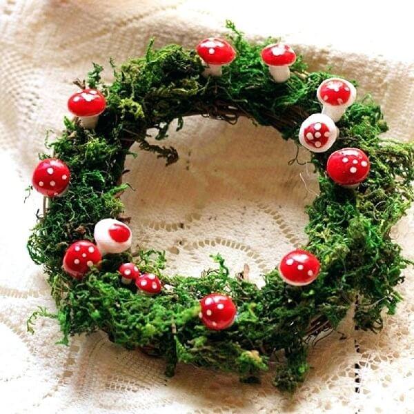 Guirlanda de Natal feita com flores artificiais e cogumelos