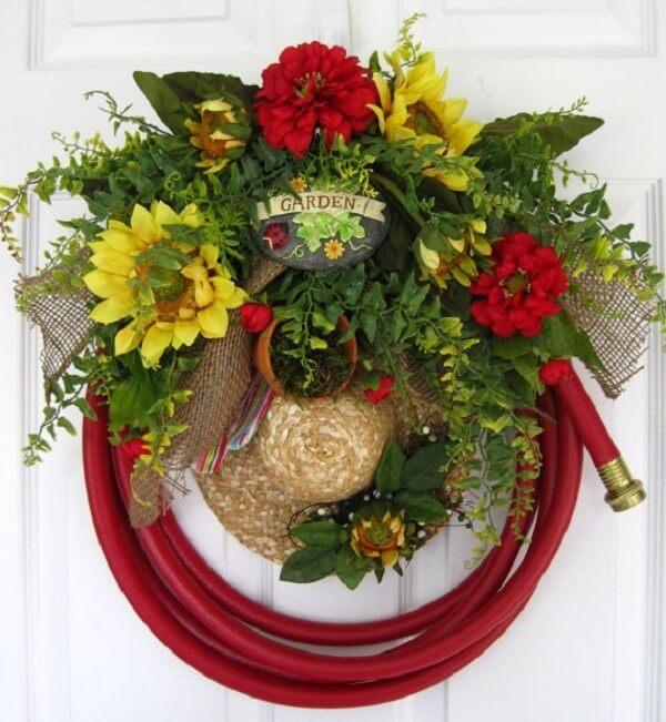 Guirlanda de Natal feita com mangueira e chapéu de palha
