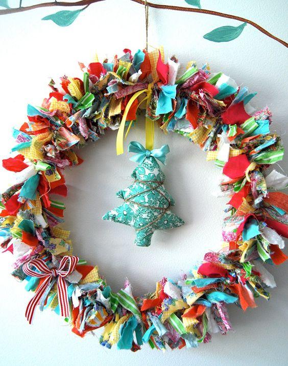 guirlanda de natal com tiras de tecido colorido