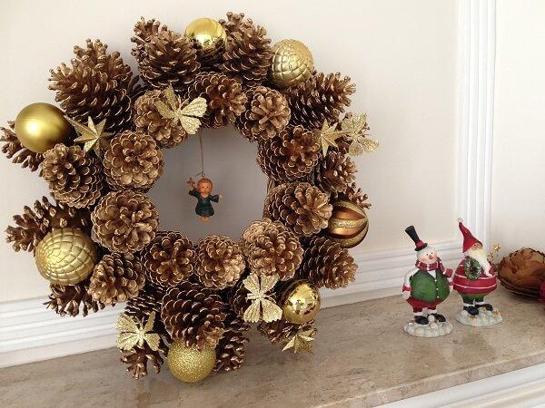 Guirlanda de Natal feita com pinhas e bolas douradas