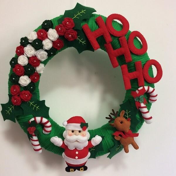 Guirlanda de Natal feita com detalhes em feltro