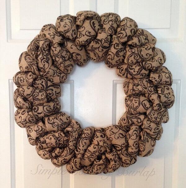 Guirlanda de Natal feita com tecido de juta