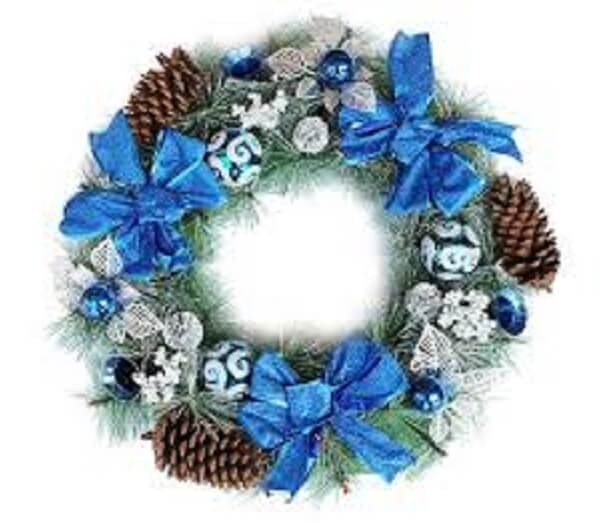 Guirlanda de Natal feita com pinhas e laços em tom azul