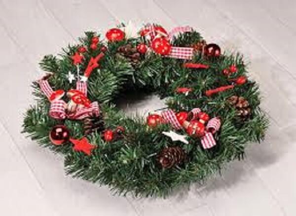 Guirlanda de Natal feita com flores artificiais