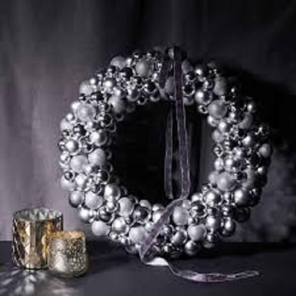 Guirlanda de Natal feita bolinhas em tom prata