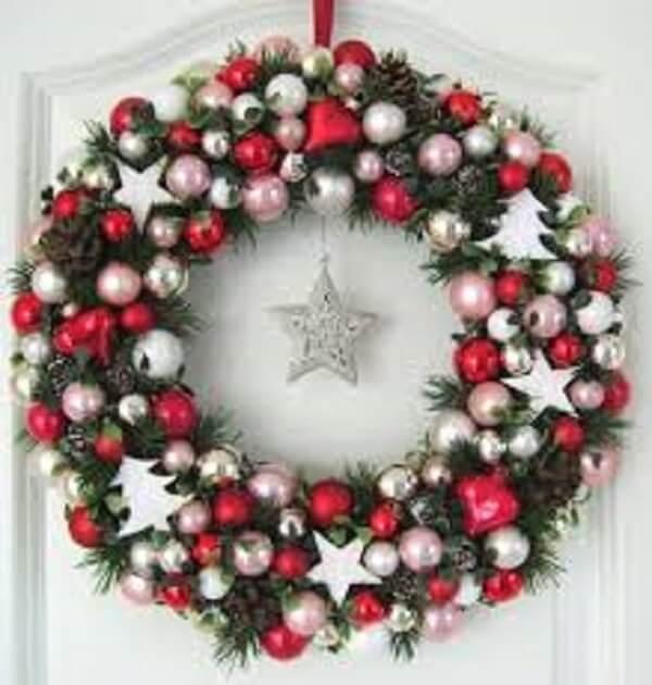 Guirlanda de Natal feita bolinhas e estrela prateada