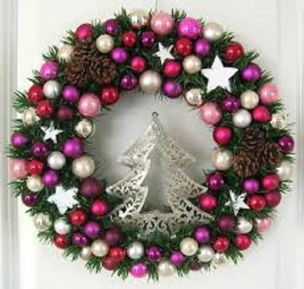 Guirlanda de Natal feita bolinhas e árvore prateada