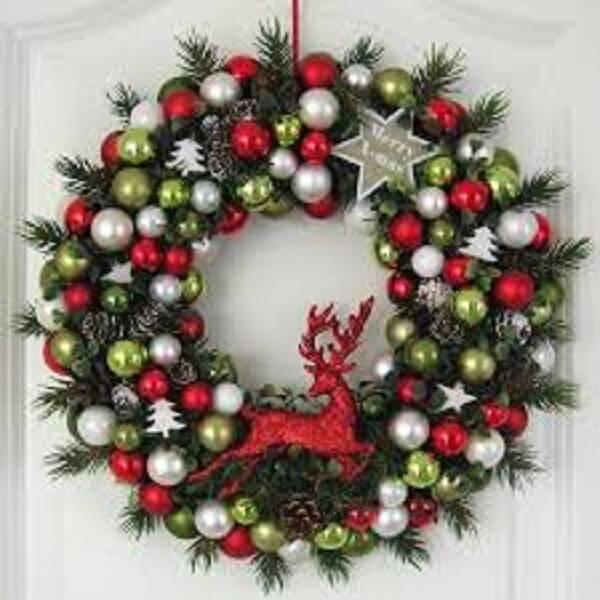 Guirlanda de Natal feita bolinhas e alce vermelho