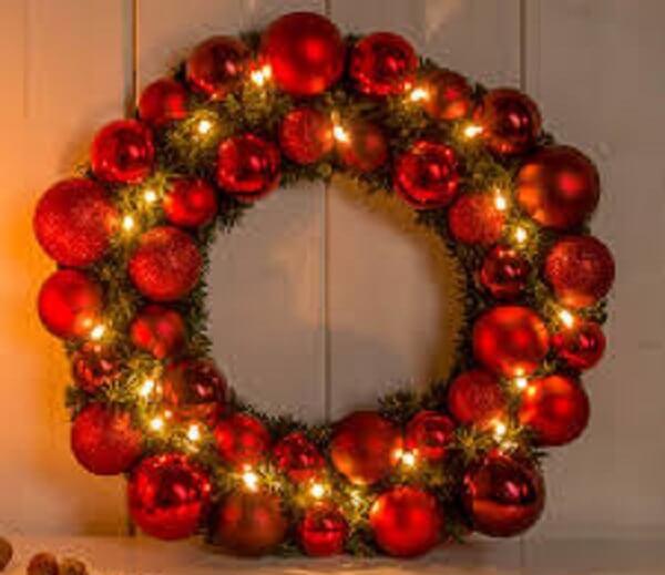 Guirlanda para Natal feita com bolinhas em tom vermelho