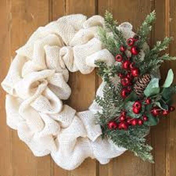 Guirlanda para Natal feita com tecido e flores artificiais