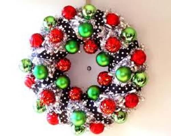 Guirlanda de Natal feita com bolas coloridas