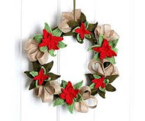 Guirlanda de Natal feita com flores de crochê