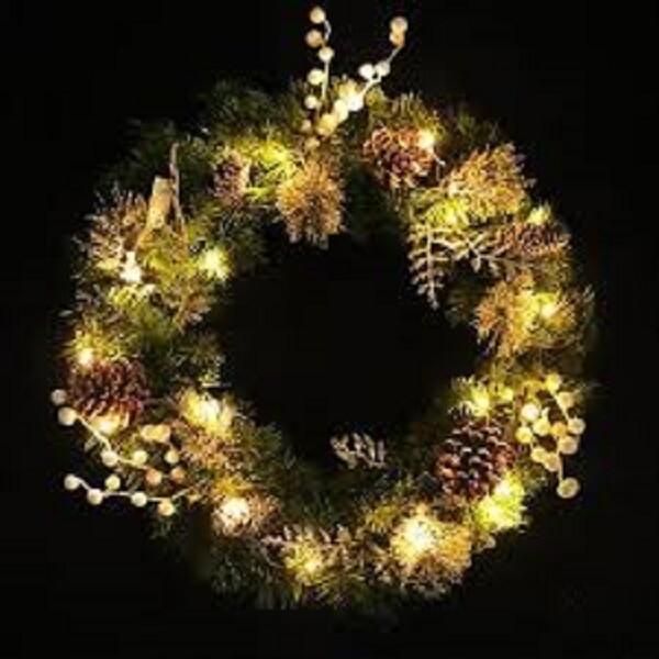 Guirlanda de Natal feita com pinhas e luzes