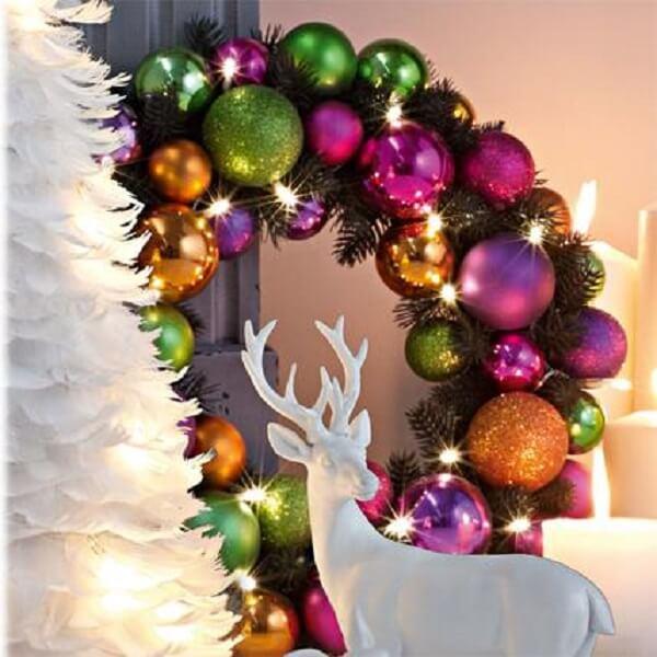 Guirlanda para Natal feita bolinhas coloridas