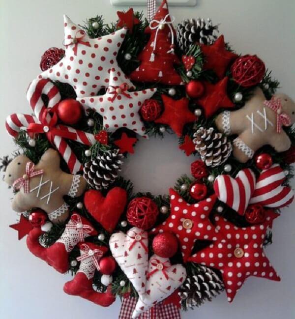 Guirlanda para Natal feita com elementos em tecido