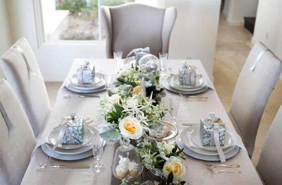 mesa de natal branca com flores