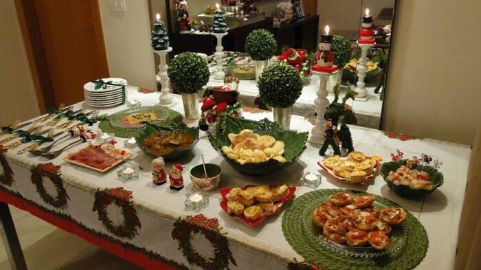 mesa de natal com comidas