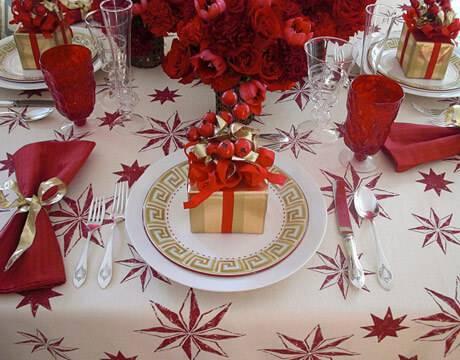 mesa de natal com decoração vermelha
