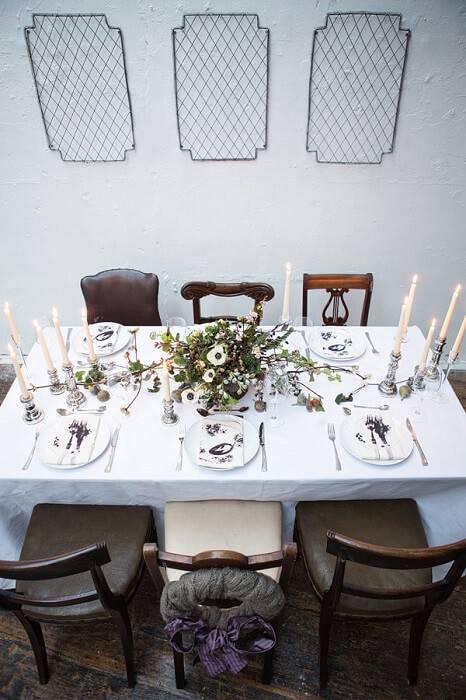 mesa de natal com detalhes de marrom e cadeiras diferentes
