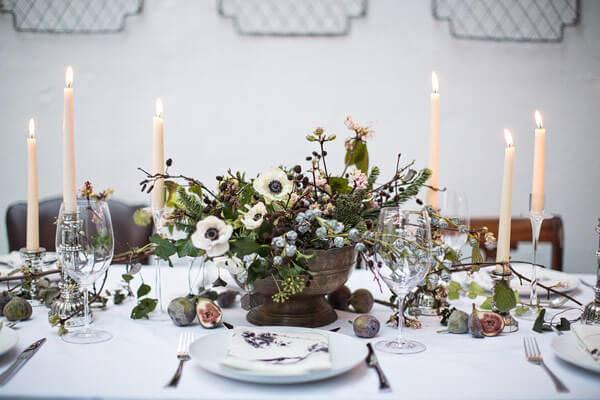 mesa de natal com detalhes de marrom e flores