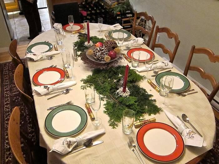 mesa de natal com detalhes verdes e laranjas