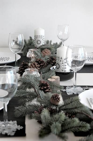 mesa de natal com pinhas branco preto e cinza