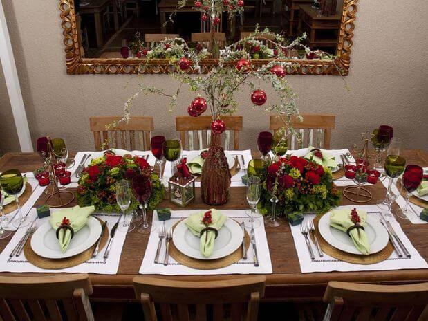 mesa de natal rustica com detalhes vermelhos