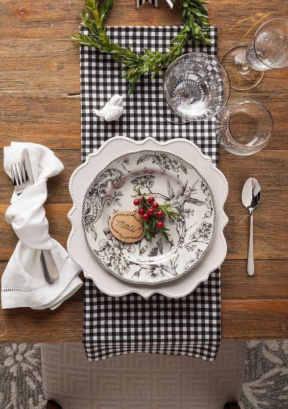 mesa de natal rustica com prato decorado