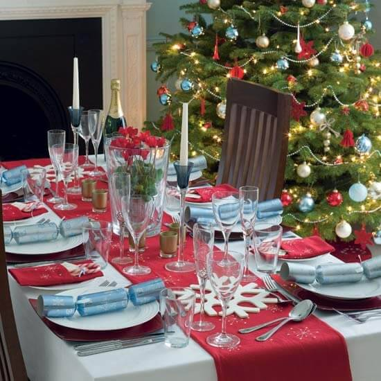 mesa de natal vermelha azul e branca