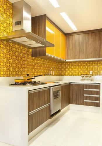 13985-balcão de cozinha branco com paredes amarelas