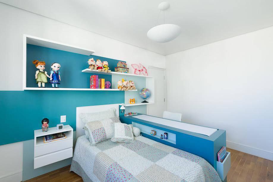 Bancadas-de-estudos-azul-petr%C3%B3leo-e-branca-ilha-quarto-ao-lado-da-cama-2.jpg