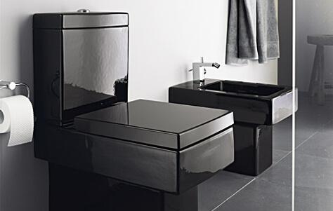Cerâmica para banheiro cinza com objetos pretos
