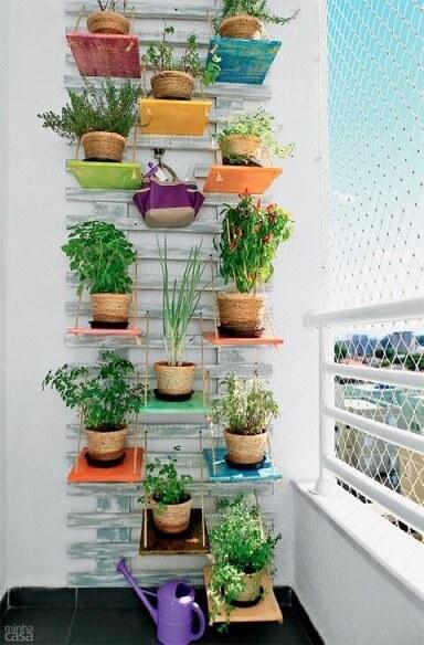 Horta vertical com prateleiras coloridas Foto de Minha Casa