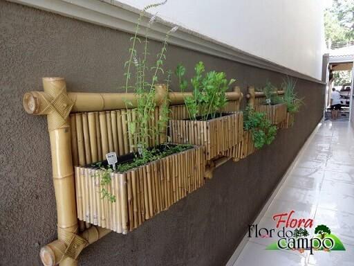 Horta vertical com treliça de bambu Projeto de Flora Flor do Campo Pedras e Paisagismo