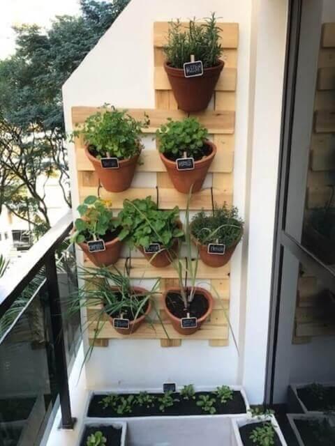 Horta vertical com vasos de cerâmica Foto de Roofing Brooklyn